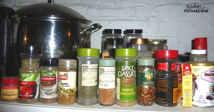 Organizing the pantry - tips for the spice shelf