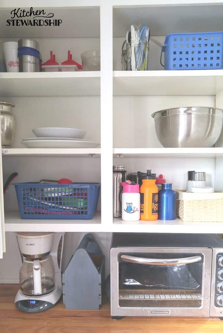 Easy solutions to get your kids to help around the house by doing chores. Organize so everything has a place and they can easily put things away. Take the guesswork out of your kitchen organization system.